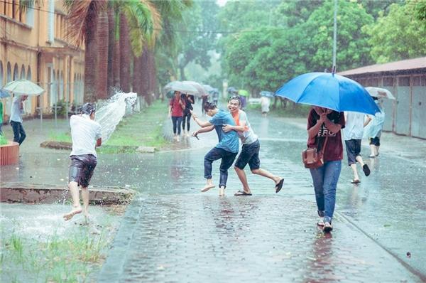 Bộ ảnh ngày bão khiến dân mạng bồi hồi nhớ thuở