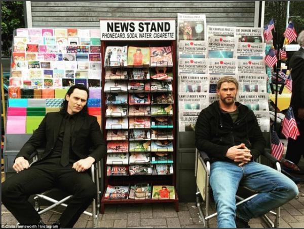 """Không những thế, Chris còn háo hức khoe tấm ảnh """"đoàn tụ"""" này với Tom trên Instagram của mình."""