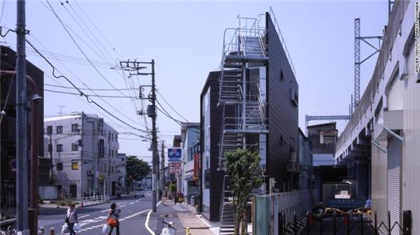 Nhưng đổi lại, mảnh đất đa cạnh này lại nằm giao ở hai con đường. Các kĩ sư, kiến trúc sư của Atelier Tekuto đã biến nó thành một không gian cho workshop và nhà riêng với những khung cửa sổ mang ánh sáng tự nhiên vào trong nhà và cân bằng sự riêng tư.(Ảnh: CNN)