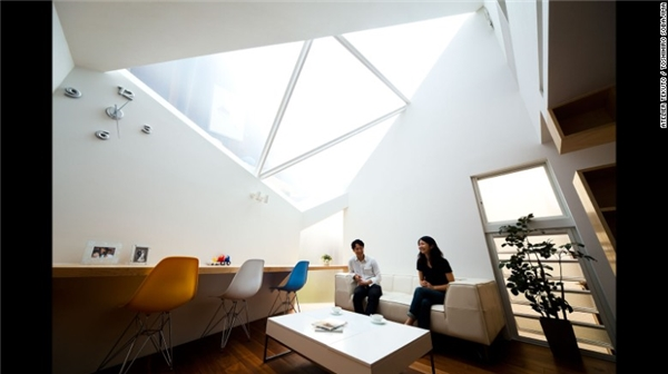 Còn ngôi nhà mang tên Framing the Skynày được xây dựng trên mảnh đất có hình đa giác. Công trình tập trung vào mối liên kết giữa thiên nhiên và con người bằng cách tạo ra phần mái trong suốt để không gian như mở rộng ra đến bầu trời.(Ảnh: CNN)