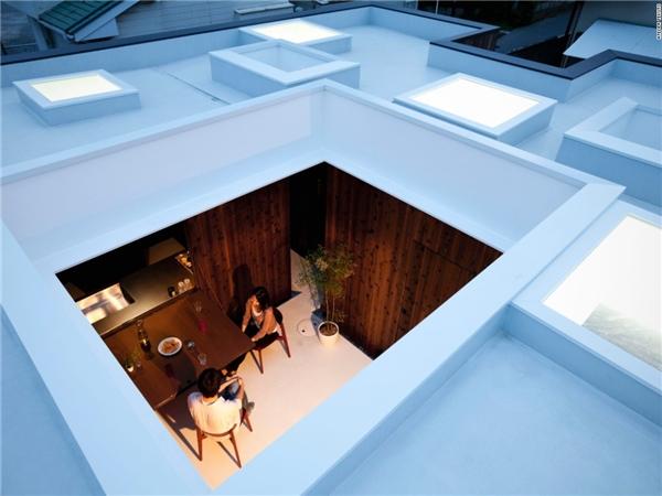 Ngôi nhà Boundary House là một phương tiện gắn kết chủ nhà với tự nhiên:trần kính thoáng đãng, gỗ tuyết tùng, đá… cùng nhiều khoảng không gian ngoài trời.(Ảnh: CNN)