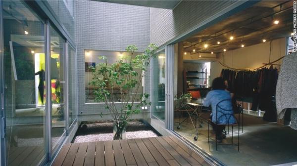 Ngôi nhà Wakka là một sự kết hợp hài hòa giữa cửa hàng và nhà ở. Thiết kế nội thất của Wakka mang nhiều dấu ấn tự nhiên như khu vườn với nhiều hòn đá nhỏ, cửa kéo thông ra không gian bên ngoài.(Ảnh: CNN)