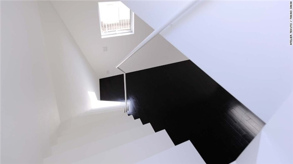 Ngoài màu trắng, các kiến trúc sư cũng tận dụng những gam màu tương tự để mở rộng không gian cho những ngôi nhà siêu nhỏ.(Ảnh: CNN)