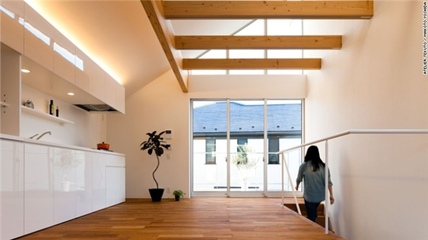 Trong ngôi nhà M House, mọi thứ đều ngăn nắp và nhờ hệ thống cửa sổ kéo dài từ sàn nhà lên trần nhà đã làm không gian thật sự rộng ra.(Ảnh: CNN)