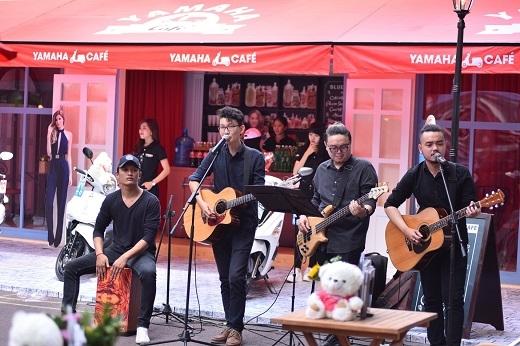 Âm nhạc trẻ trung tại góc Yamaha Café thu hút sự quan tâm của các bạn trẻ.