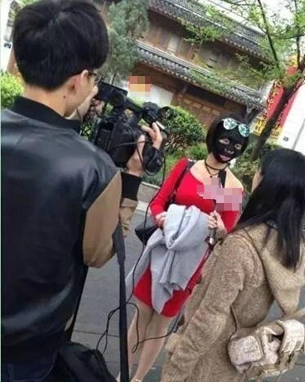 """Mới đây, một cô gái cũng gây chú ý bởi """"phong cách"""" đắp mặt nạ khi ra đường.(Ảnh: Internet)"""