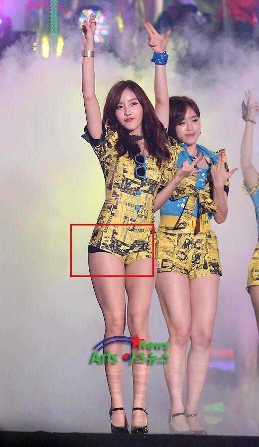 Hyomin (T-ara) yên tâm biểu diễn dù mặc bộ bodysuit khoe chântối đa vì đã có quầntrong ôm sát.