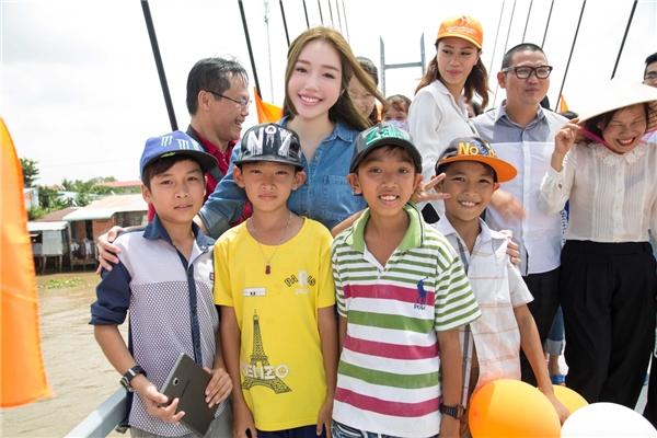 Các bạn trẻ tại đây vô cùng yêu thích Elly Trần qua các bộ phim và hình ảnh trên mạng xã hội. - Tin sao Viet - Tin tuc sao Viet - Scandal sao Viet - Tin tuc cua Sao - Tin cua Sao