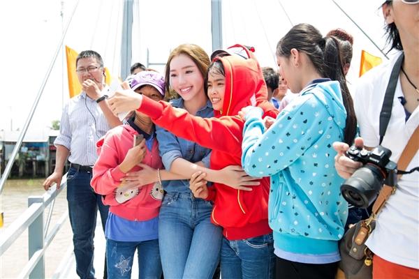 Mọi người hào hứng cùng Elly Trần chụp ảnh selfie lưu giữ kỉ niệm. - Tin sao Viet - Tin tuc sao Viet - Scandal sao Viet - Tin tuc cua Sao - Tin cua Sao