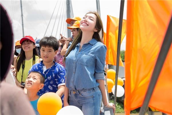 Elly Trần ăn mặc giản dị, hạnh phúc trước tình cảm của bà con miền Tây - Tin sao Viet - Tin tuc sao Viet - Scandal sao Viet - Tin tuc cua Sao - Tin cua Sao