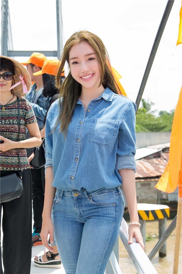 Trên chiếc cầu mới, Elly Trần có cơ hội giao lưu trực tiếp cùng nhiều người dân địa phương. - Tin sao Viet - Tin tuc sao Viet - Scandal sao Viet - Tin tuc cua Sao - Tin cua Sao