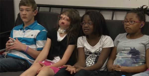 Cô bé không những không tự ti về ngoại hình mà còn tỏ ra rất hòa đồng với bạn bè ở trường học.