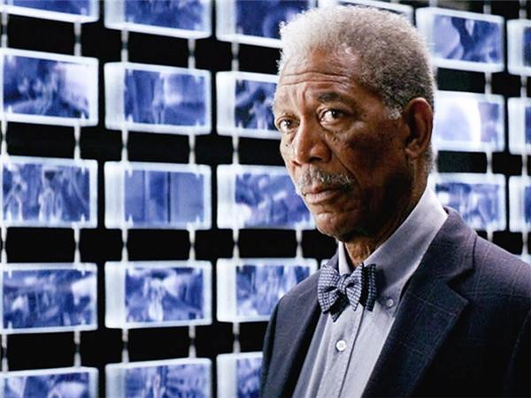 Morgan Freeman trong phim Deep Impact (ảnh trên) và The Dark Knight (ảnh dưới)