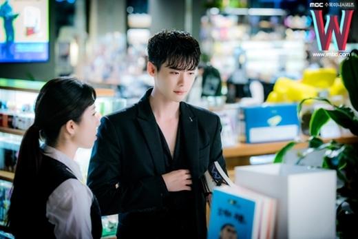 Trong chiếc sơ mi bowling shirt cổ trễ, Lee Jong Suk xuất hiện với vẻ phong trần đầy gợi cảm.