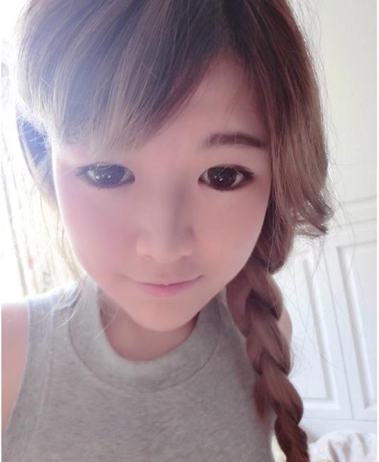 """Giờ đâyQiu Shui không còn là cô gái mập mạp xấu xí như trước mà đã trở thành """"thiên nga"""" vớilàn da trắng trẻo mịn màng, gương mặt trẻ trung xinh đẹp khiến nhiều người ngưỡng mộ."""