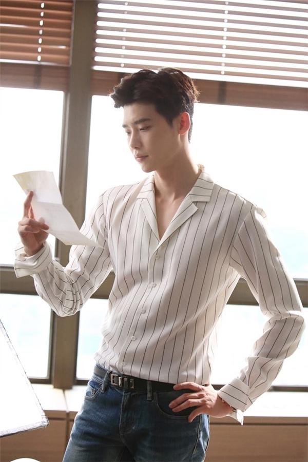 Sáng sớm, Kang Chul đã có mặt tại văn phòng để bắt đầu một ngày bận rộn giải quyết hàng tá công việc cũng như họp hành.