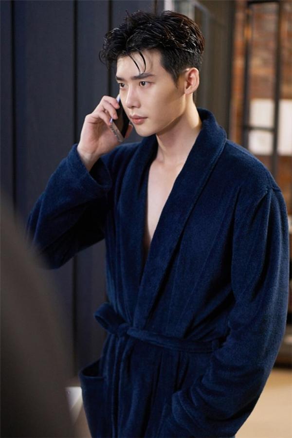 Kang Chul đầy quyến rũ sau khi bước ra từ phòng tắm.