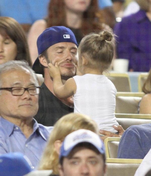 Beckham bế Harper hay vác cô bé trên vai đã trở thành hình ảnh quen thuộc làm triệu trái tim tan chảy.