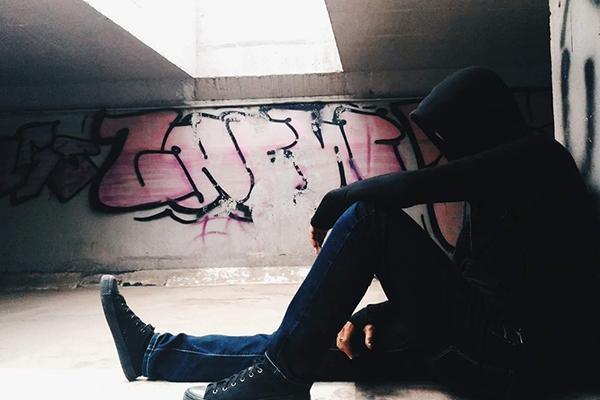 Bạn sẽ cảm thấy đầy thú vị bởi những bức tranh Graffiti đầy ngẫu hứng kết hợp với ánh sáng tự nhiên mang lại một cảm giác rất liêu trai.