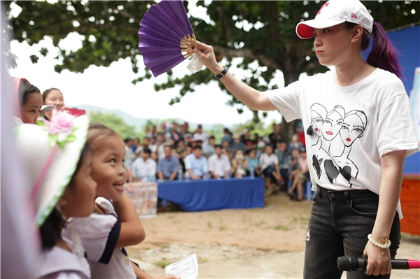 Mỹ Tâm hát, nhảy giữa trưa nắng phục vụ bà con nghèo - Tin sao Viet - Tin tuc sao Viet - Scandal sao Viet - Tin tuc cua Sao - Tin cua Sao