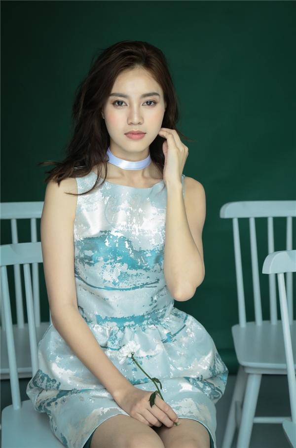 Chiếc đầm xanh màu trời nền nã trong bộ sưu tập xuân hè 2016 từ thương hiệu Mymy của NTK Phương Mycàng tô điểm thêm vẻ đẹp ngọt ngào của cô Cám.