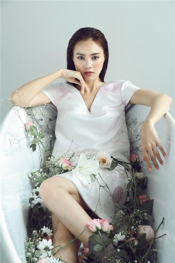 Qua tài năng của nhiếp ảnh gia Thiên Minh, Lan Ngọc biến đổi đa màu sắc: từ nhẹ nhàng nữ tính, ngọt ngào quyến rũ đến sắc lạnh hút hồn.