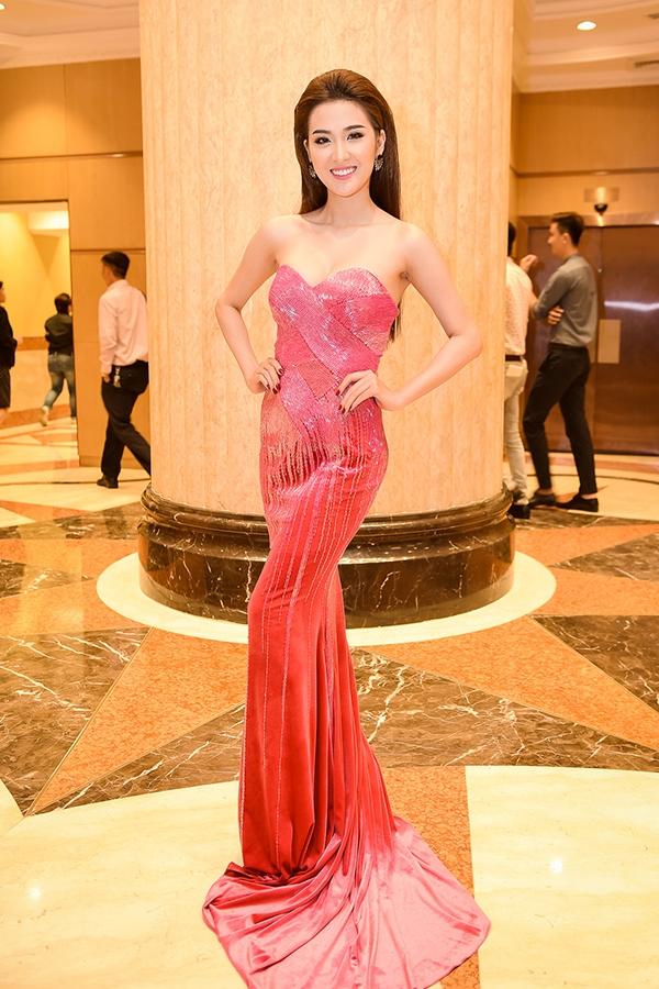 Trở thành khách mời trong buổi họp báo của người mẫu Ngọc Tình, Ngọc Loan xuất hiện với vẻ ngoài rạng rỡ, thu hút khi diện bộ váy cúp ngực, ôm sát khoe đường cong gợi cảm của nhà thiết kế Lê Thanh Hòa. Vòng eo 56 cm của Ngọc Loan được phô diễn một cách khéo léo.