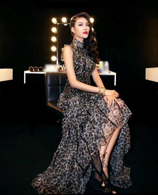 Lan Khuê luôn trung thành với màu tóc đen truyền thống, dù kết hợp với kiểu trang điểm nào thì cô vẫn cực kì thu hút và ấn tượng.