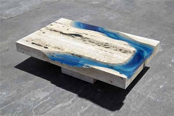 Chiếc bàn độc đáo giống như một mảnh biển thu nhỏ.