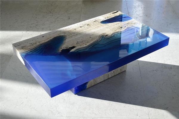Chiếc bàn khiến người ta mát mắt với tạo hình sóng biển và đồi cát.