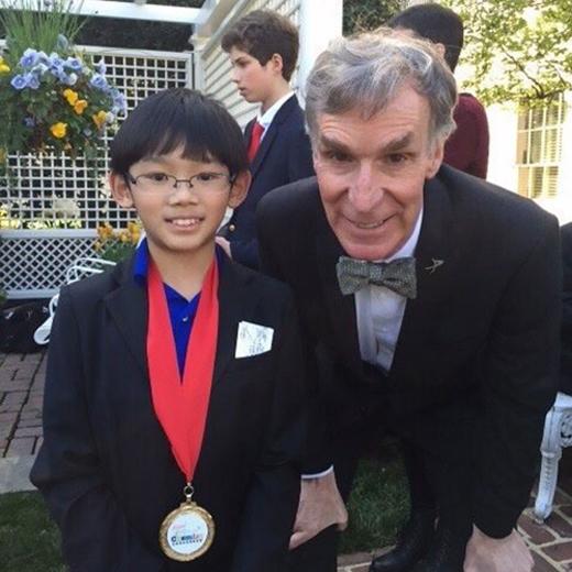 """Cậu bétừng gặp và chụp hình chung với Bill Nye - một nhà khoa học, kĩsư cơ khí, người dẫn chương trình, diễn viên nổi tiếng với biệt hiệu """"quý ôngkhoa học""""."""