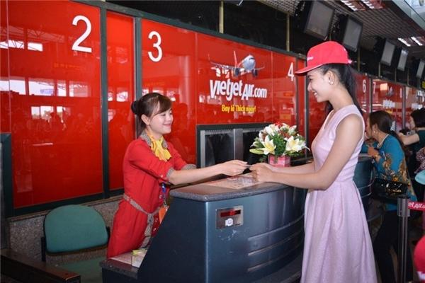 Thí sinh Thùy Linh nổi bật tại quầy làm thủ tục của Vietjet.