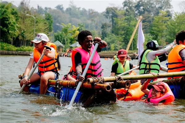 Giới trẻ đổ xô trải nghiệm nhà phao trên mặt hồ của Madagui