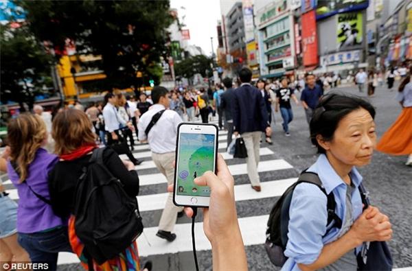 Pokemon GO đã tạo nên một lượng lớn các đám đông lơ là, thiếu ý thức, chỉ biết mải mê cắm mặt vào điện thoại dù là đang đi trên đường phố đông đúc, tấp nập.