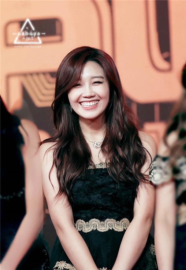 Nụ cười thả ga hở răng hở lợi không hề khiến giọng ca chính của A Pink- Eunji giảm đi một người hâm mộ nào màtrái lại còn đượcxếp vào hàng nghệ sĩ nữ xinh xắn, dễ thương của Kpop.