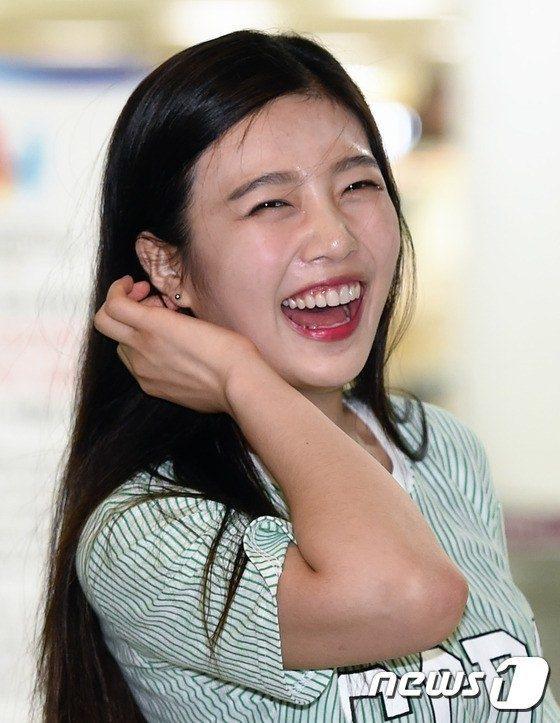Joy của Red Velvet tự tin cười thả ga thu hút mọi ánh nhìn.