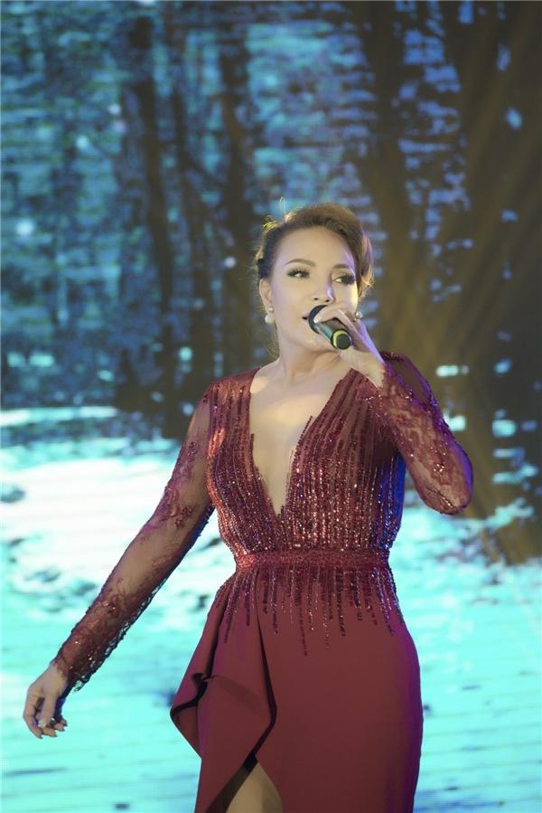 Ca sĩ Thanh Hà dù rất bận rộn với lịch trình dày đặc biểu diễn khi về nước nhưng vẫn dành thời gian đến chia vui với 30 cô gái của vòng chung kết.