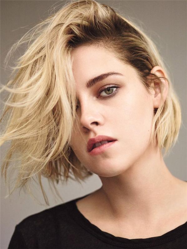 Cắt phăng mái tóc dài màu hạt dẻ và nhuộm vàng những lọn tóc lúc nào cũng rối bù như một cậu con trai, ngoại hình của Kristen Stewart bỗng trở nên thay đổi đến mức kinh ngạc. Tất nhiên sự mạnh mẽ, quyết liệt, cá tính và thần thái ngút trời thì vẫn còn đó, có điều vẻ đẹp của cô nàng đã không còn mang vẻ yếu ớt, lôi thôi như thời Twilight nữa mà đã trở nên hiện đại hơn và cuốn hút hơn rất nhiều.