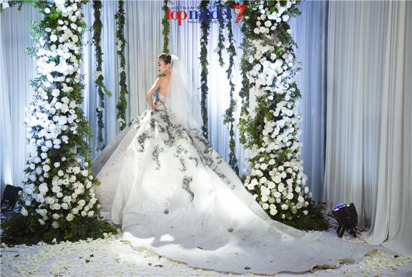 """Thí sinh Next Top Model """"đọ sắc"""" với Thanh Hằng khi làm cô dâu"""