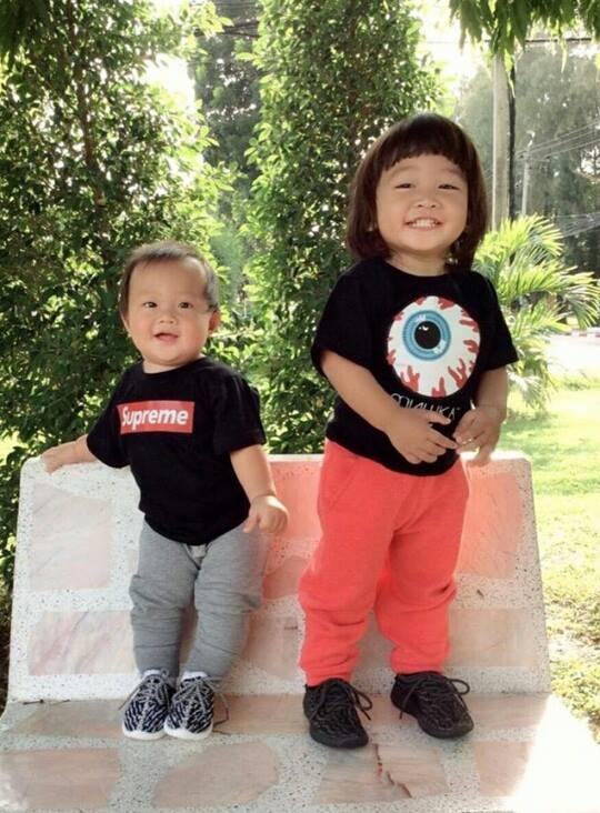 """Hai anh em thường xuyên được ba mẹ cho diện trang phục """"ton sur ton"""".(Ảnh: Internet)"""