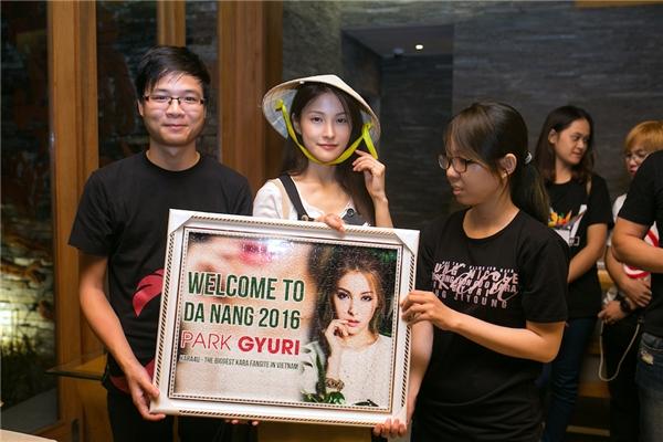 Nữ ca sĩ còn đội nón lá một cách đầy tự tin khi được khán giả tặng ở sân bay.