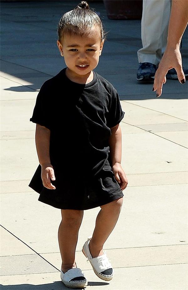 Cô bé sở hữuđôi giàyđế cói Chanel phiên bản nhí lừng danh.
