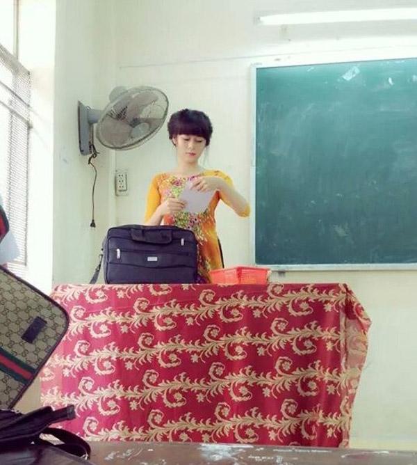 Bức ảnh năm 2014 của cô giáo xinh xắn này được học sinh chụp lén khi đang giảng bài.(Ảnh: Internet)