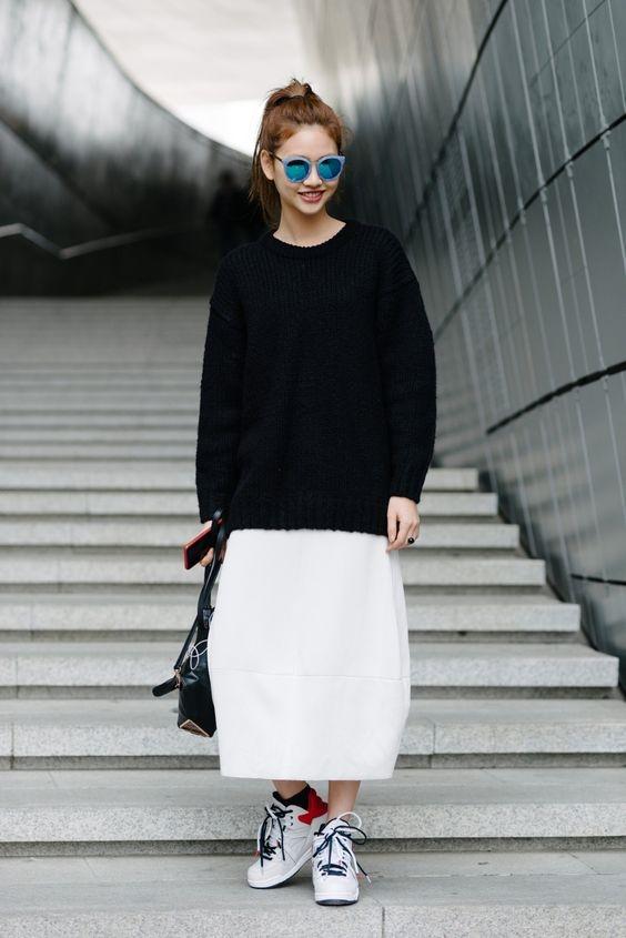 """Cách kết hợp áo len oversize cùng với váy midi dài và sneaker sẽ làmbạntrôngbớt """"gầy""""."""