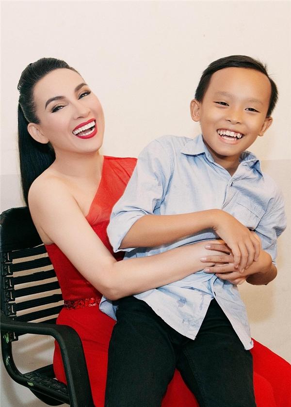 Hồ Văn Cường là Quán quân Vietnam Idol Kids mùa đầu tiên. Trong khi đó, Tuyết Nhung từng gây ấn tượng từ cuộc thi Giọng hát Việt nhí 2014 còn Thiêng Ngânlọt vào top 30 Solo cùng bolero.  - Tin sao Viet - Tin tuc sao Viet - Scandal sao Viet - Tin tuc cua Sao - Tin cua Sao