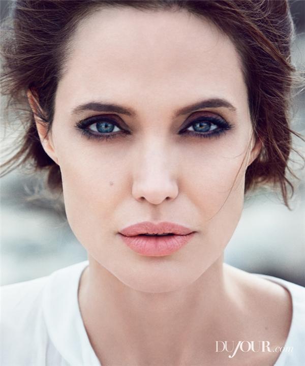 Angelina Jolie, bà mẹ đông con chưa bao giờ thoát khỏi bất kì một danh sách sắc đẹp nào từ trước đến nay. Thời gian có thể khiến cho Angie hao gầy hơn xưa nhưng không bao giờ làm mất được những đường nét sắc sảo vốn đã trở thành biểu tượng sắc đẹp trên khuôn mặt cô.