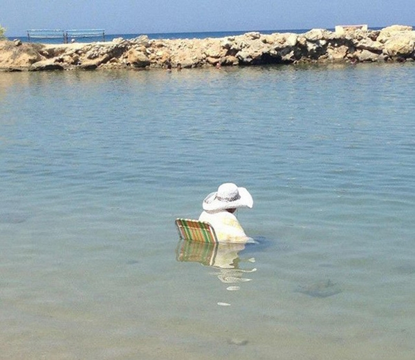 Ra biển để 'ngâm mình' là chính thôi mà các thím.