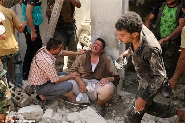 Chế độ Syria bị cáo buộc vì việc thường xuyên sử dụng bom thùng thô và các thiết bị nổ trên khu vực của quân phiến loạn, cũng chính là khu dân cư.(Ảnh: AFP)