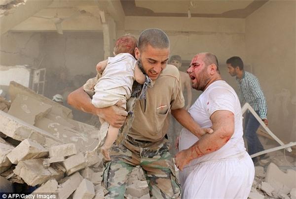 Một bác sĩ ở khu vực này cho biết quả bom hôm qua được thả từ một chiếc trực thăng và phá hủy hơn một tòa nhà.(Ảnh: AFP)