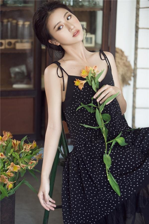 Quỳnh Anh Shyn thổi hồn vào chiếc váy rộng giấu đường cong với sắc đen huyền diệu. Chất liệu mềm mại, nhẹ nhàng vừa hòa quyện, vừa tôn lên sắc vóc mảnh mai cho cô nàng. Ngoài chi tiết chấm bi, bộ váy còn thu hút ánh nhìn khi voan, ren được lồng ghép một cách khéo léo.